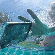 """ทำ""""มือถือ""""ตกน้ำ..ให้รีบถอดแบต-แช่ในแอลกอฮอล์เลย ดีกว่าหมกในถังข้าวสาร"""